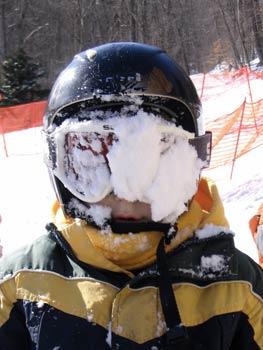 Kind mit Schnee im Gesicht